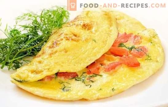 Omelette à la tomate: petit déjeuner traditionnel. Omelettes nutritives et diététiques avec tomates, fromage, champignons, jambon, pita