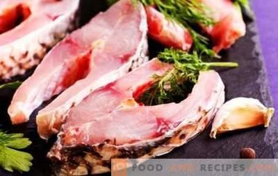 Steak de poisson dans une poêle à frire, au grill, au micro-ondes et au four. Steaks de poisson assaisonnés avec sauce soja, légumes verts et jus de citron