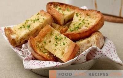 Croûtons de pain blanc - au petit-déjeuner ou au dessert. Recettes de pain grillé en espagnol et gallois avec du fromage, des œufs brouillés, des bananes