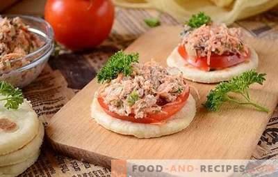 Entrée de poisson en conserve avec légumes et pomme: collation rapide. Photo-recette pas à pas de la salade originale au poisson en conserve