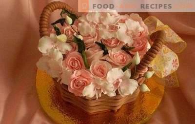 Deux cadeaux en un, s'il s'agit d'un panier de fleurs. Technologie décorant le gâteau