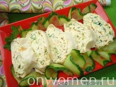 Rouleau de laitue au poulet, fromage et concombre frais