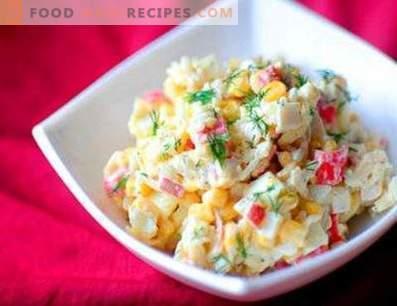 Salades avec des bâtonnets de crabe et du riz