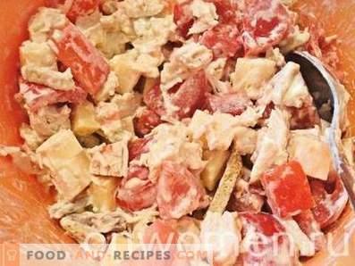 Salade au poulet, fromage, tomates et craquelins