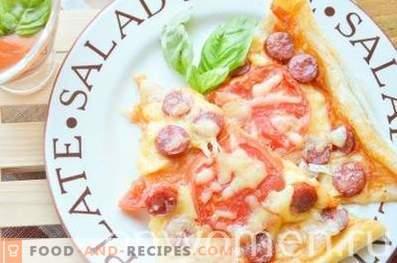 Pizza aux saucisses de chasse et aux tomates