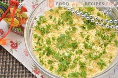 Salade en couches avec du foie frit