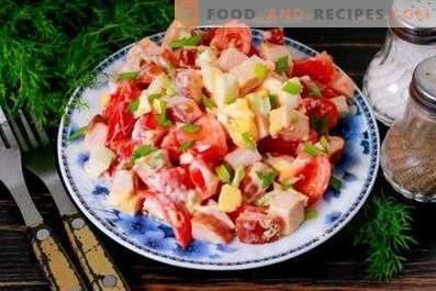 Salades au poulet et tomates