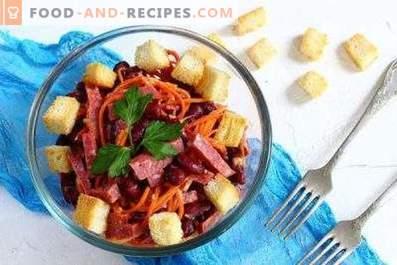 Salades avec saucisses fumées et craquelins