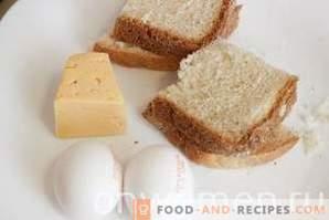 Croûtons au fromage et à l'œuf dans une casserole