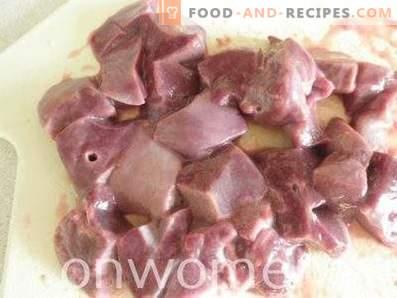 Foie dans la crème sure avec oignons et carottes