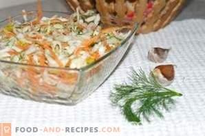 Salade de choux et carottes à l'ail, assaisonnée de vinaigre