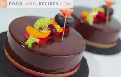 Le gâteau mousse avec glaçage miroir est un dessert brillant! Cuisson de délicieux gâteaux mousse avec un glaçage miroir