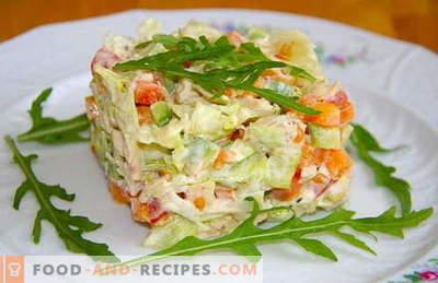 Les meilleures recettes sont les salades de poulet bouilli. Comment bien et savoureux salade cuite avec du poulet bouilli.