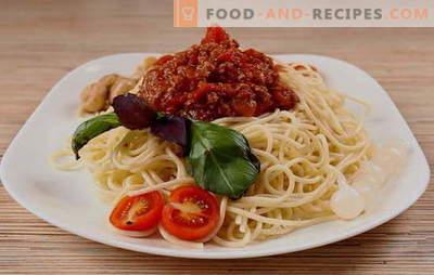 Un dîner simple avec une saveur italienne - spaghetti à la bolognaise. Spaghetti bolognaise classique, végétarienne, classique et épicée