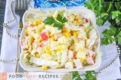Salade avec des bâtonnets de chou, de maïs et de crabe