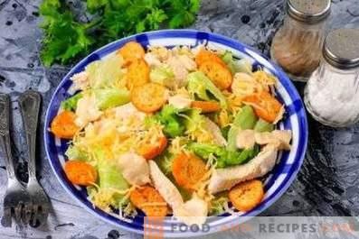 Salades au poulet et craquelins