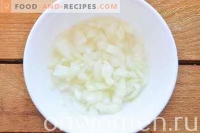 Salade en couches avec foie, oeuf et fromage